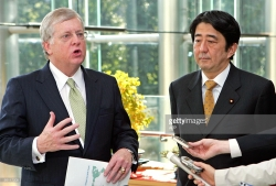 US Ambassador to Japan Thomas Schieffer (L) speaks to reporters as Japanese Prime Minister Shinzo Abe, then a cabinet minister, looks on after their lunch meeting at the prime minister's official residence in Tokyo, November 8, 2005 (Credit: AFP/Itsuo Inouye)