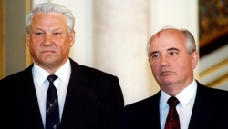Yeltsin & Gorbachev at the breakup of the Soviet Union. (Credit: FindingDulcinea.com)
