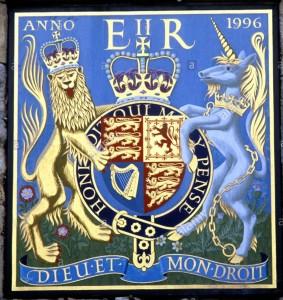 arms-of-queen-elizabeth-2nd-winchester-cathedral-precinct-gate-elizabeth-cwb2h5