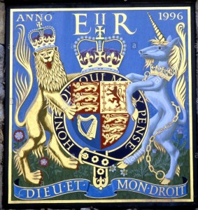 arms-of-queen-elizabeth-2nd-winchester-cathedral-precinct-gate-elizabeth-cwb2h5